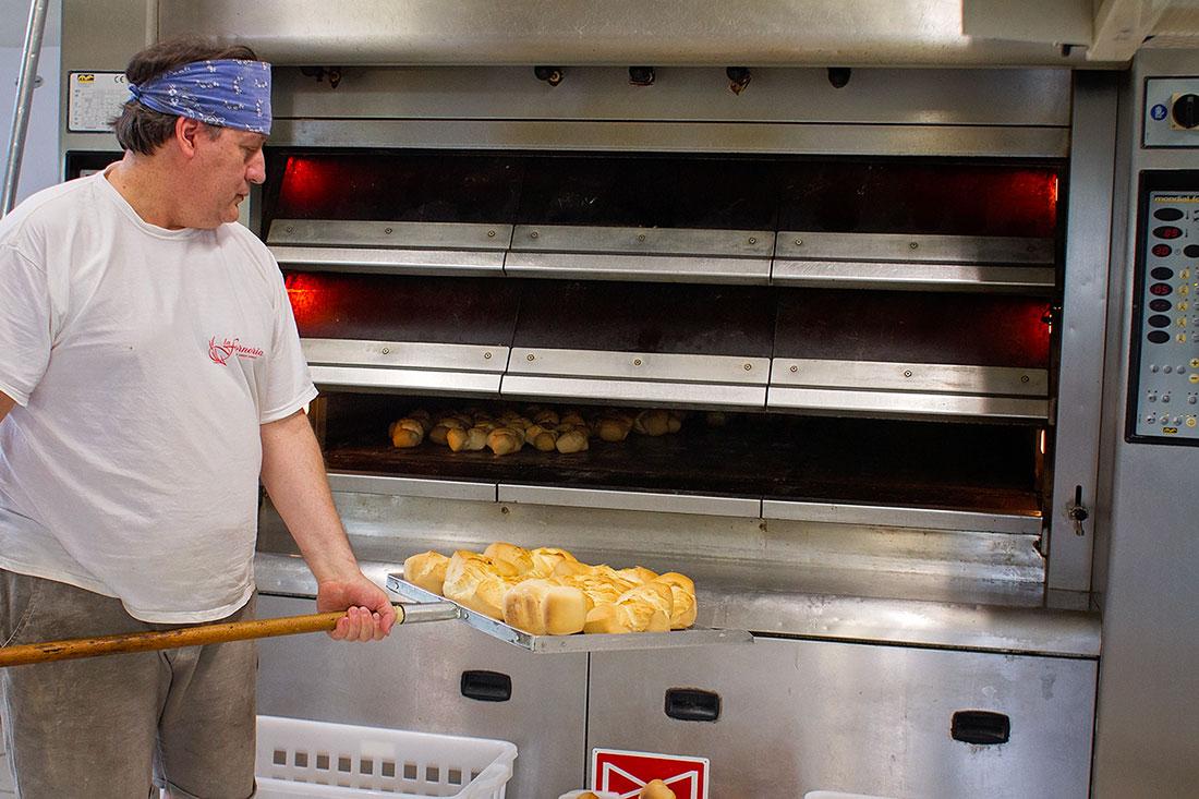 la forneria sforna il pane fino a mezzogiorno